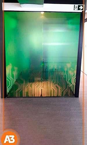 Colocação de adesivo em vidro